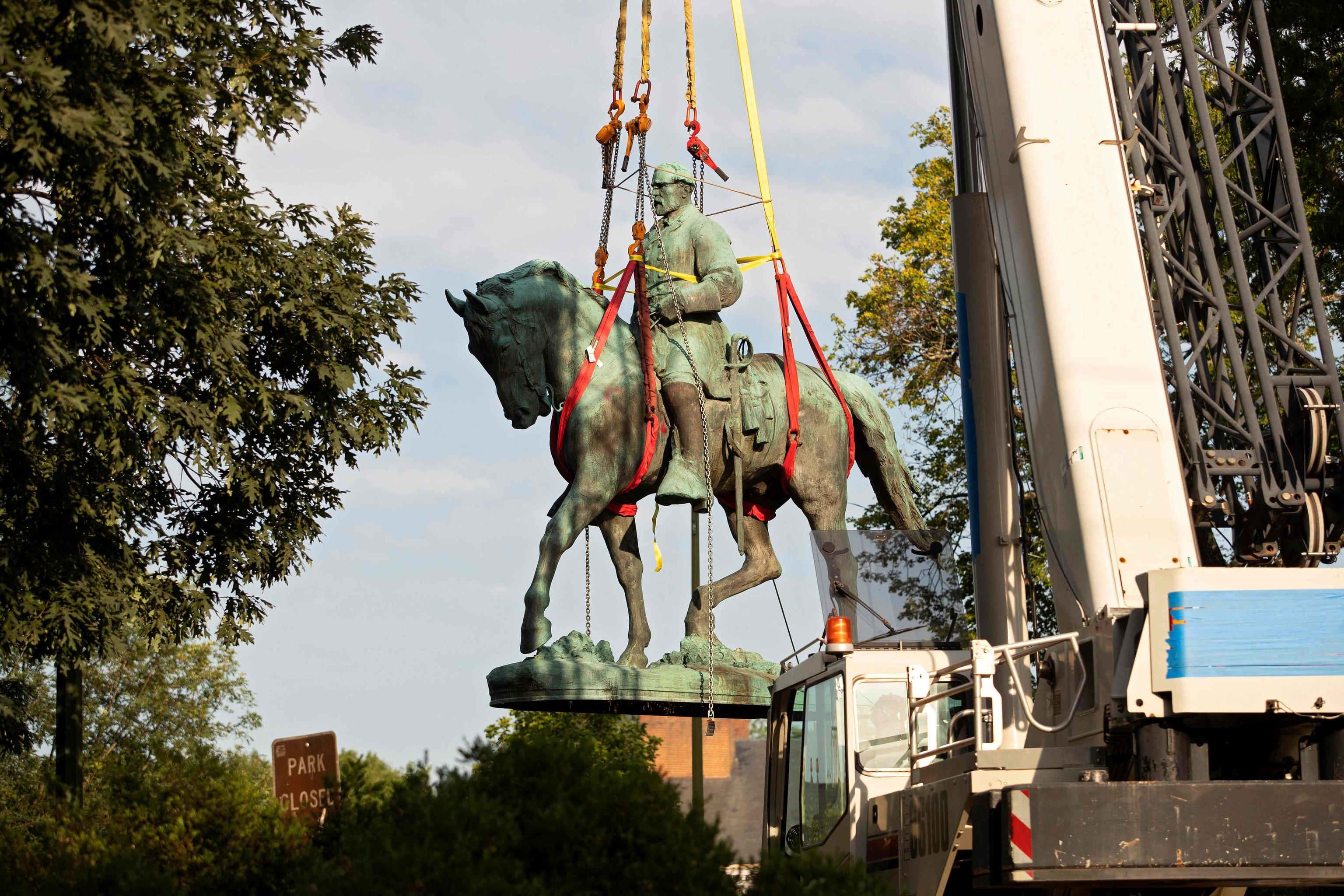 Una grúa retira la estatua del general Robert E. Lee.