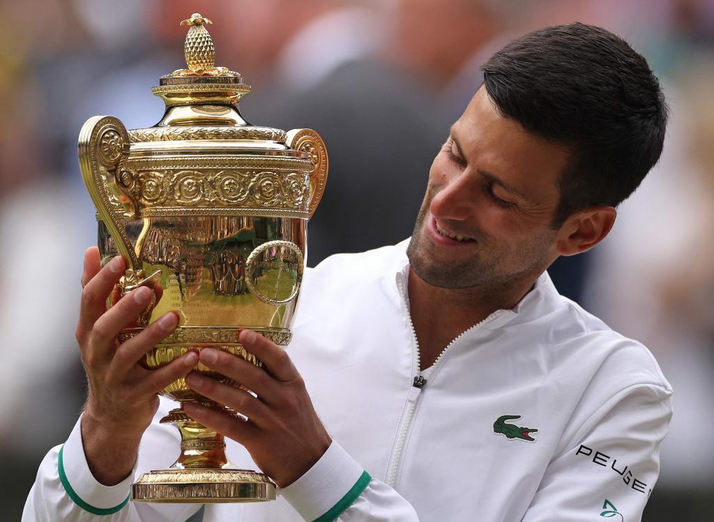 Djokovic con el trofeo de Wimbledon.