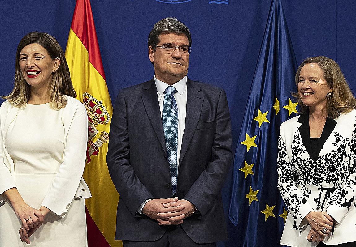 De izquierda a derecha la vicepresidenta segunda, Yolanda Díaz, el ministro José Luis Escrivá y la vicepresidenta primera, Nadia Calviño