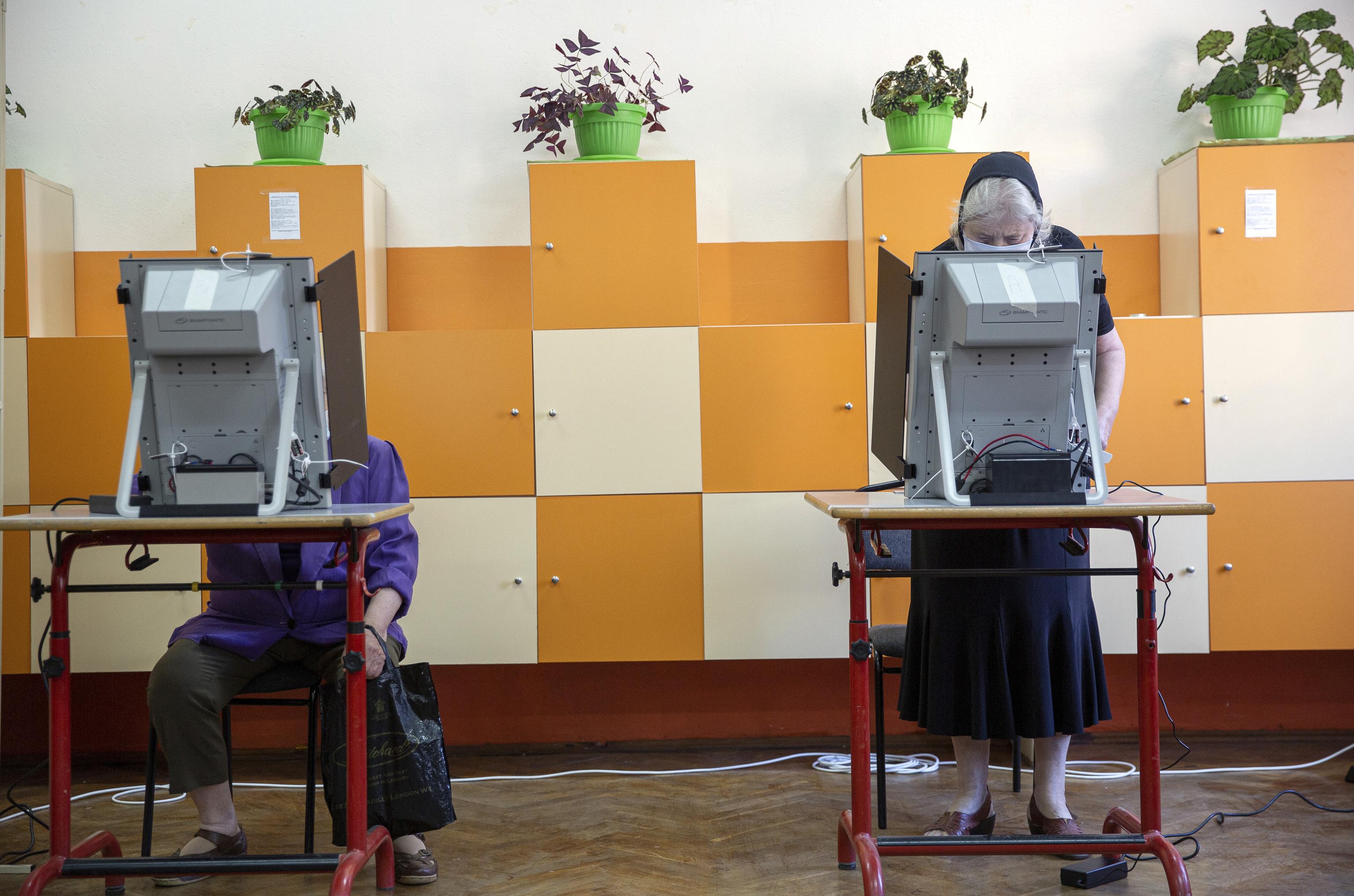 Búlgaros depositan su voto en máquinas en la ciudad de Bankya, cerca de Sofia.