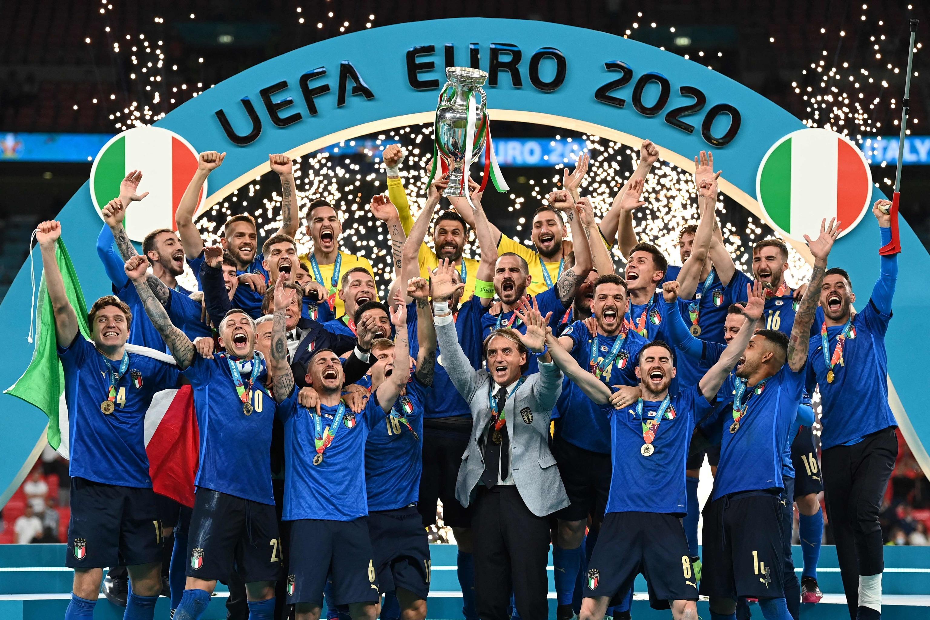Los jugadores de Italia, con el trofeo.