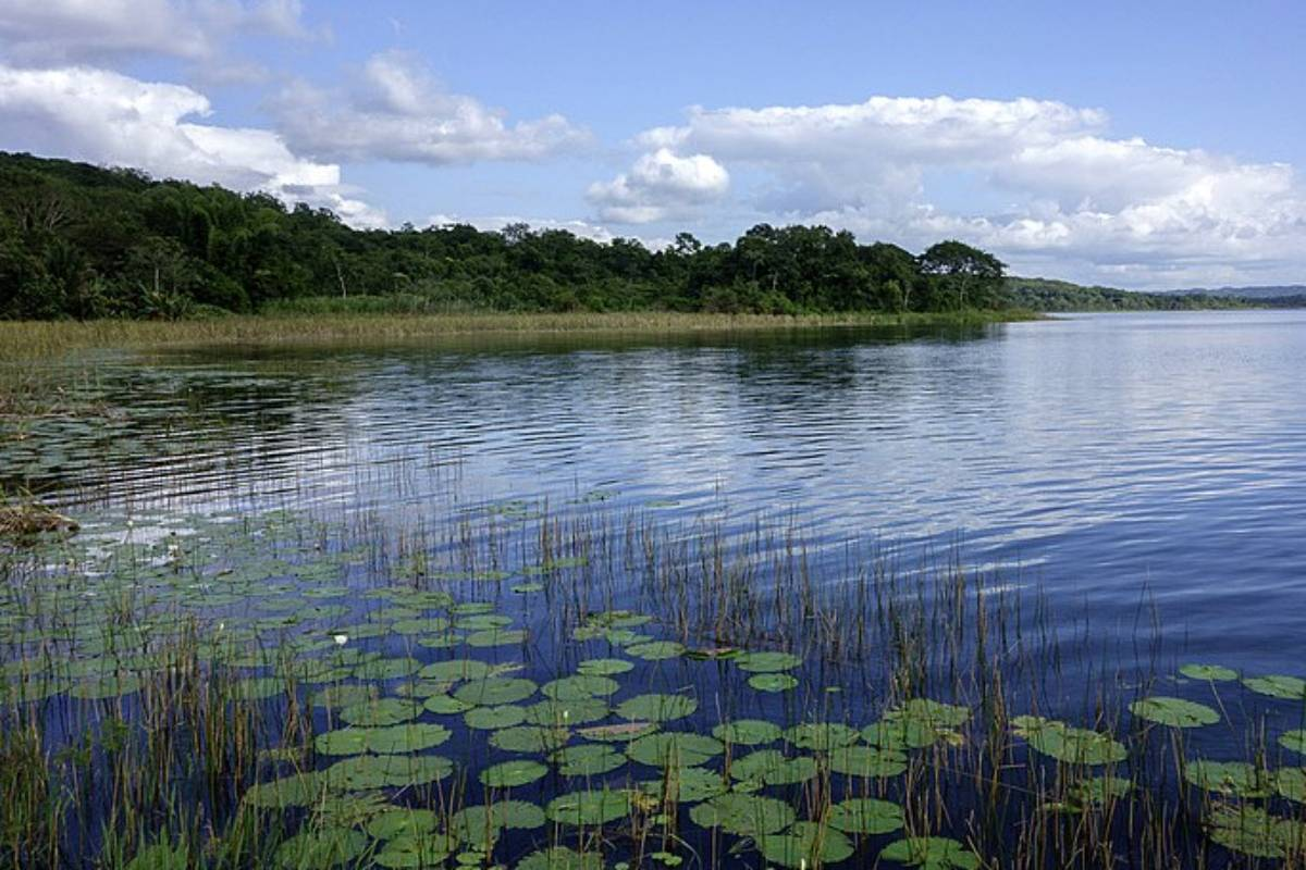 El lago de Petén Itzá, en Guatemala