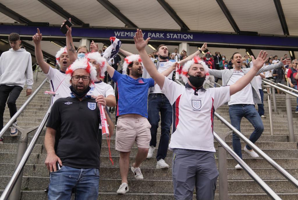 Hinchas británicos en la estación de metro de Wembley Park (Londres) el día d ela semifinal entre Inglaterra y Dinamarca.