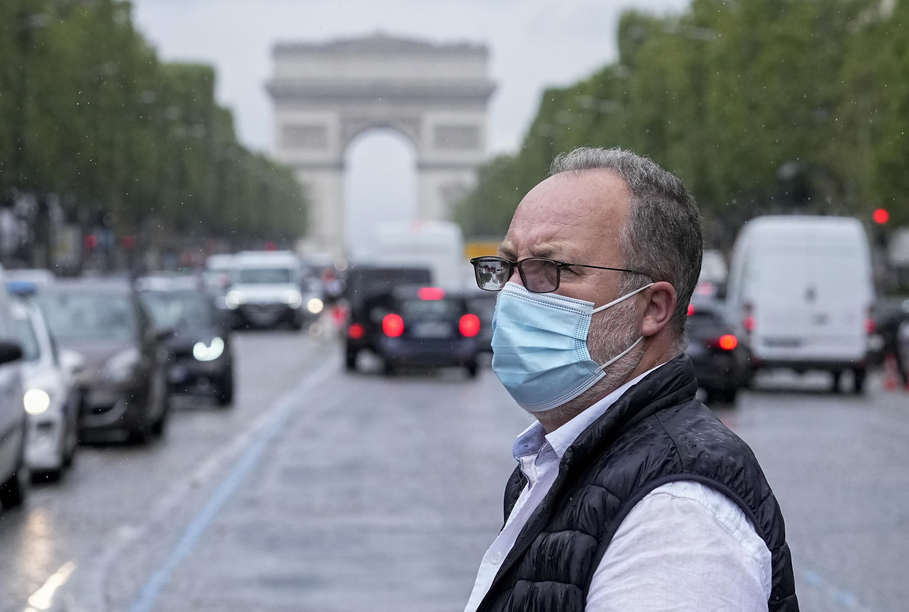 Un hombre cruza la avenida de los Campos Elíseos, en París.