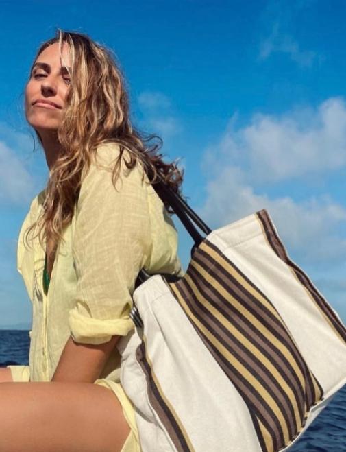 Laura Vecino con bolso de Kausi de la colección realizada en colaboración con Gastón y Daniela