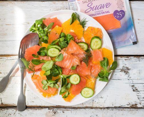 Ensalada fresca de salmón ahumado y cítricos.