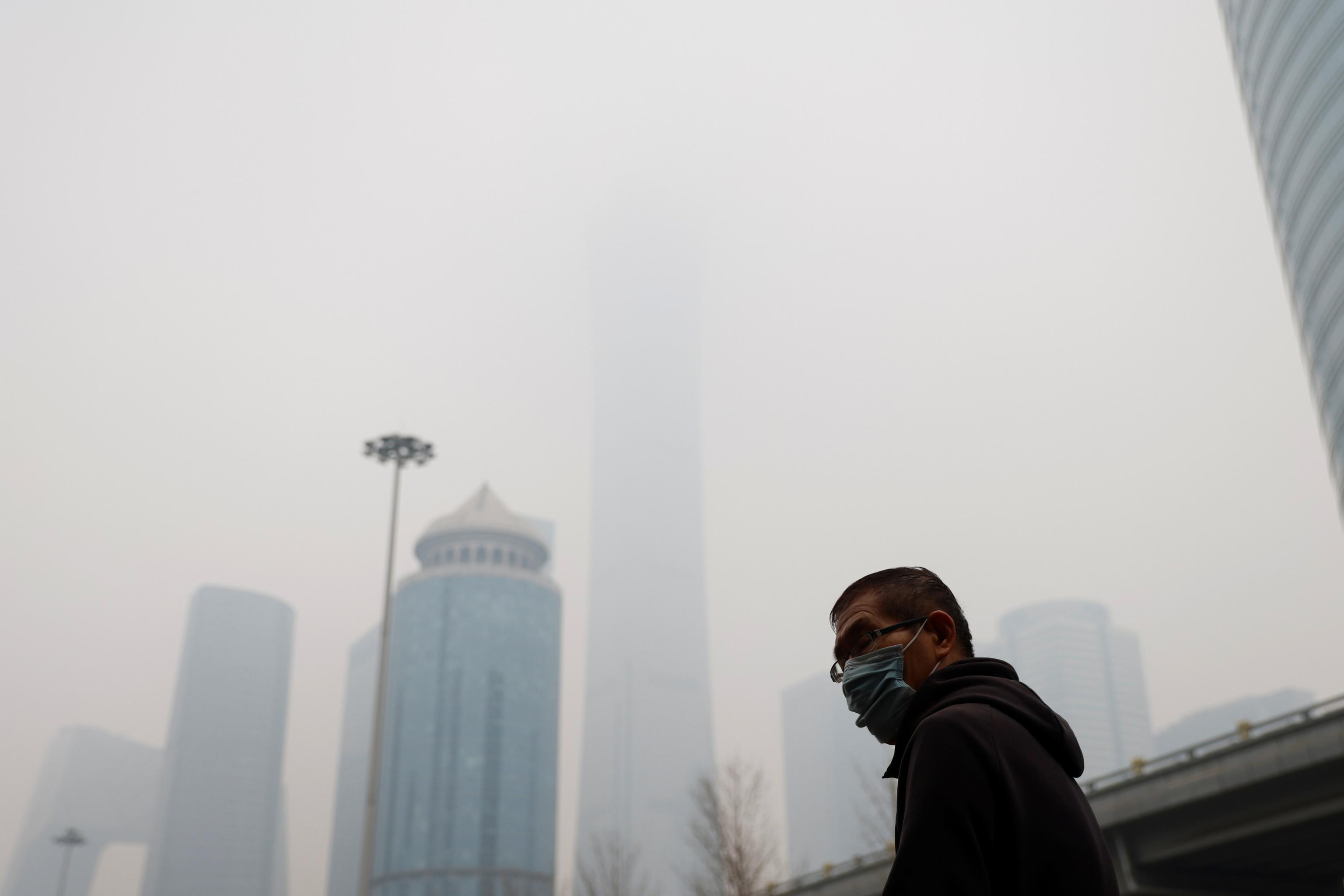 Un hombre se protege de la contaminación en Beijing, China
