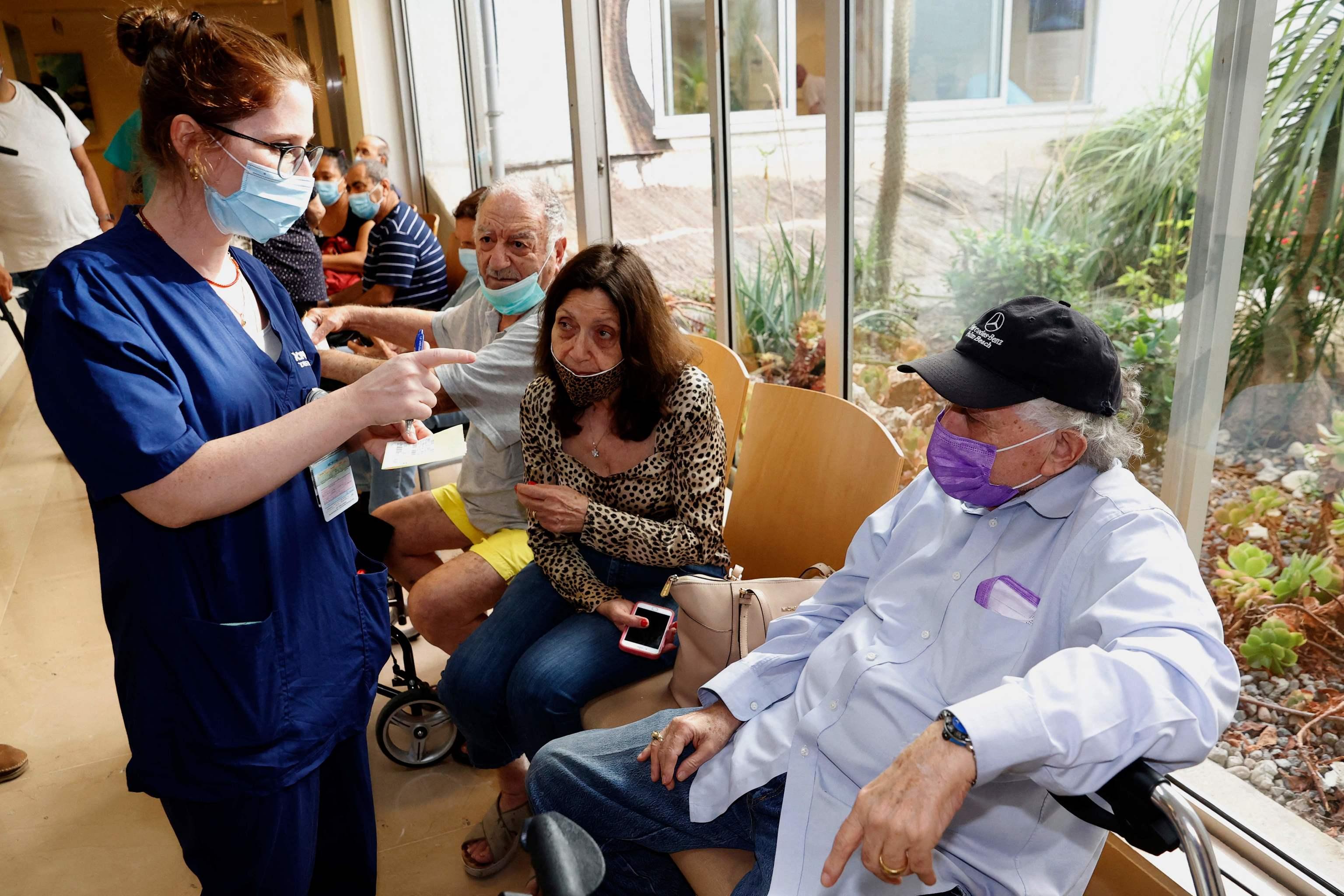 Vacunación con tercera dosis en el centro Sheba de Tel Aviv.