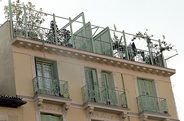 Una terraza en una azotea en un edificio de Madrid.