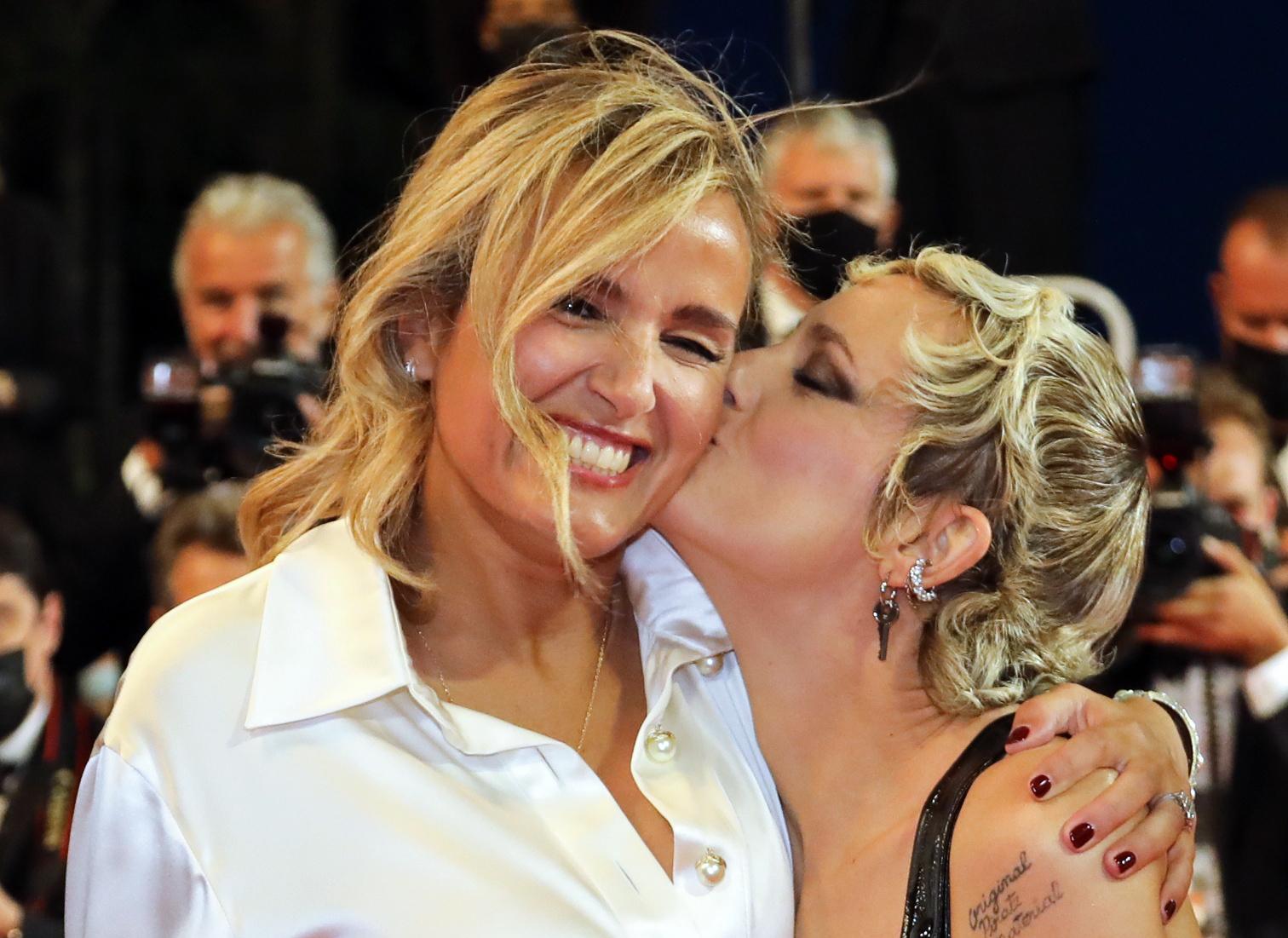 Julia Ducournau y Agathe Rousselle en la presentación de Titane.