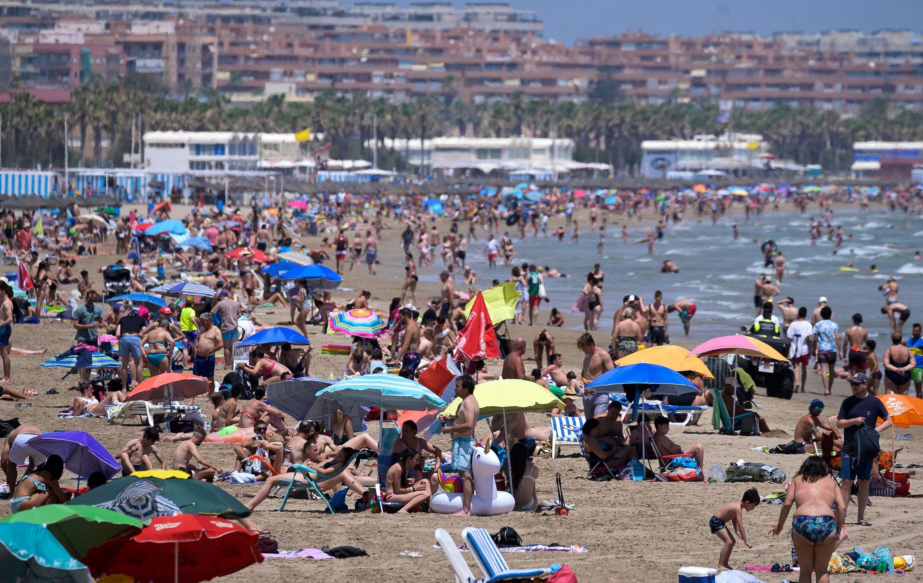 Cientos de personas en la playa de La Malvarrosa de Valencia.