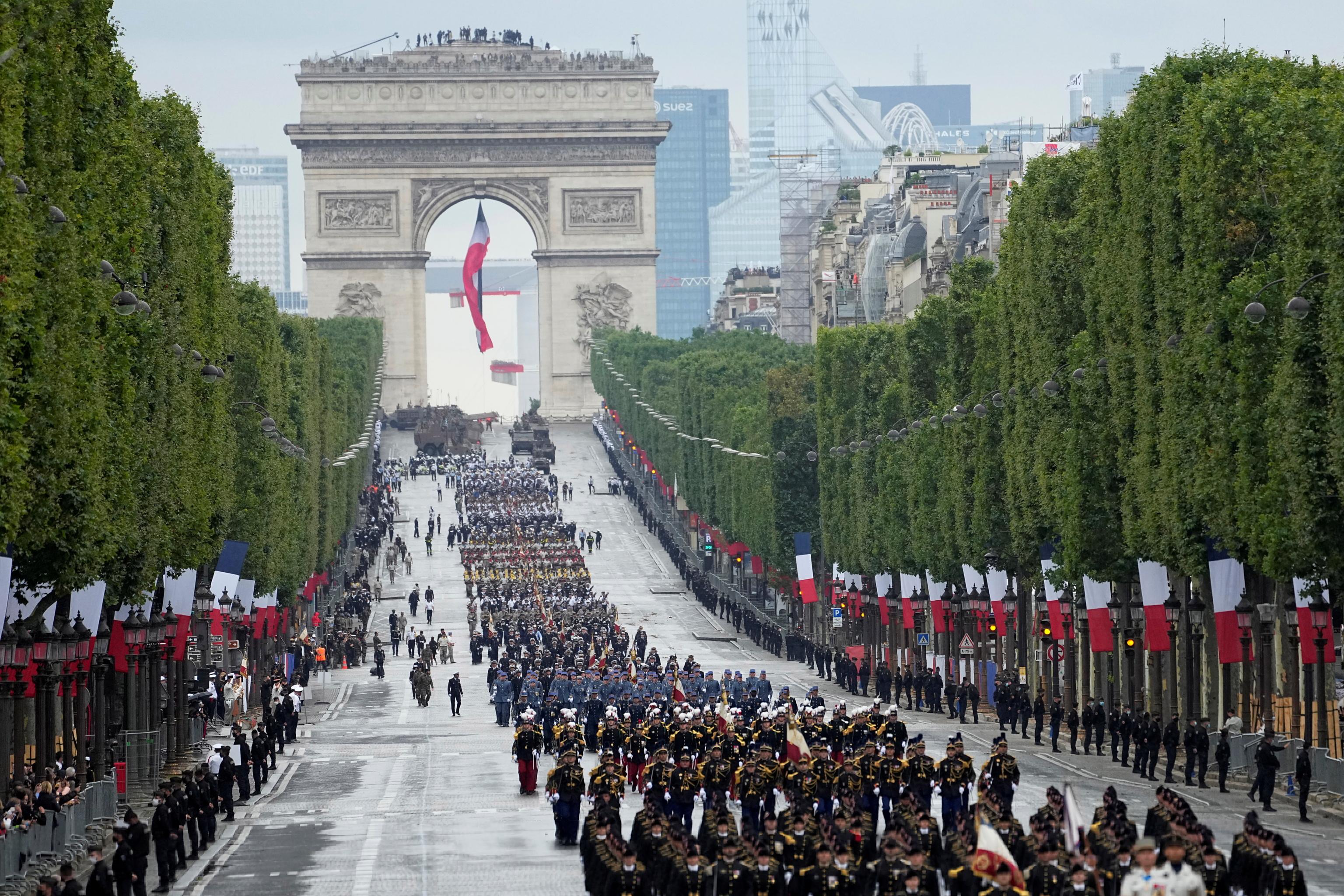 Desfile militar en los Campos Elíseos, por la Fiesta Nacional de Francia.