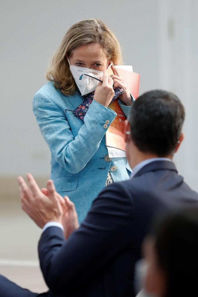 El presidente aplaude a Nadia Calviño, ayer, en La Moncloa.