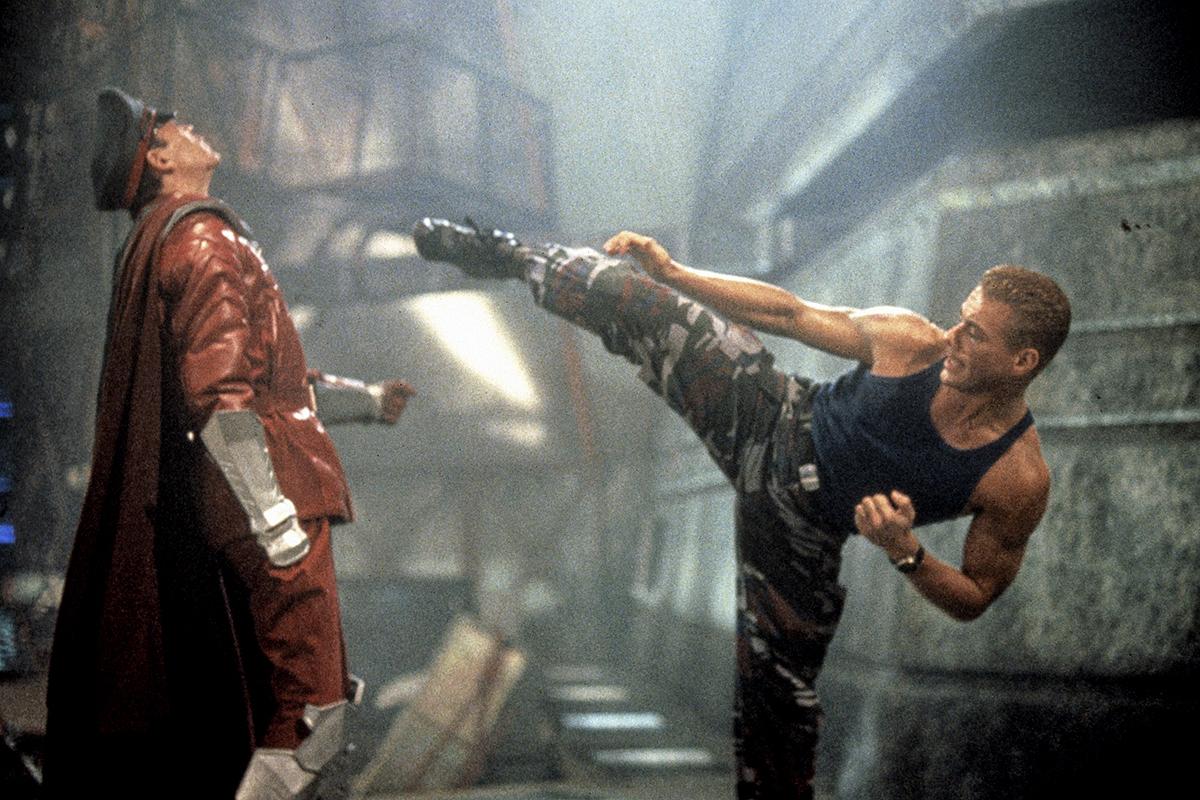 Fotógrama de 'Street Fighter' con Raúl Julia (izda.) y Van Damme (dcha.)