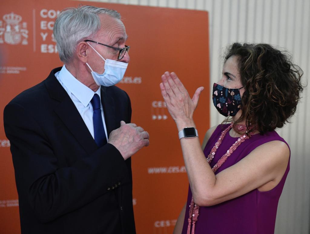 El presidente del CES, Antón Costas, y la ministra de Hacienda, María Jesús Montero.