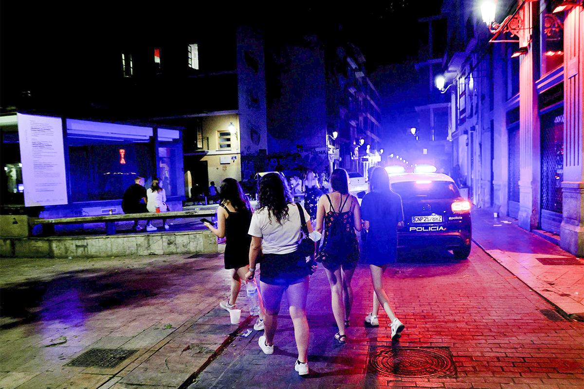 Jóvenes turistas en el barrio de El Carmen, Valencia, una de las 32 localidades afectadas por restricciones.