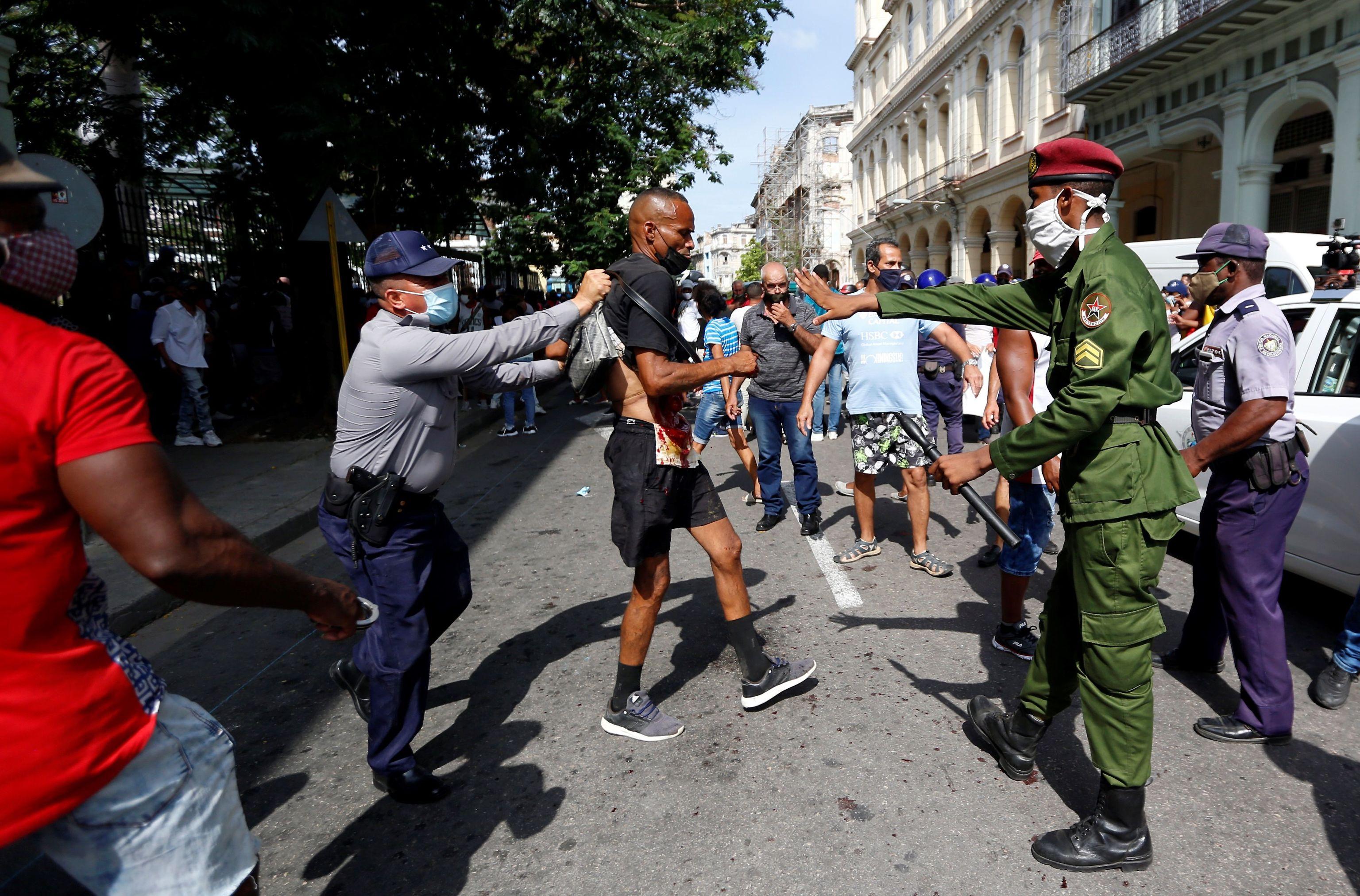 La policía detiene a un hombre en La Habana.