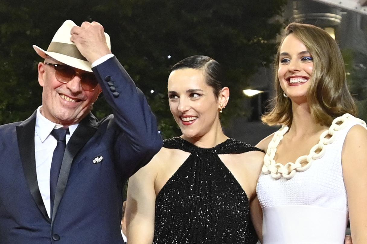 Jacques  Audiard, Jehnny Beth y Noemie Merlant en la presentación de 'Les Olympiades'.