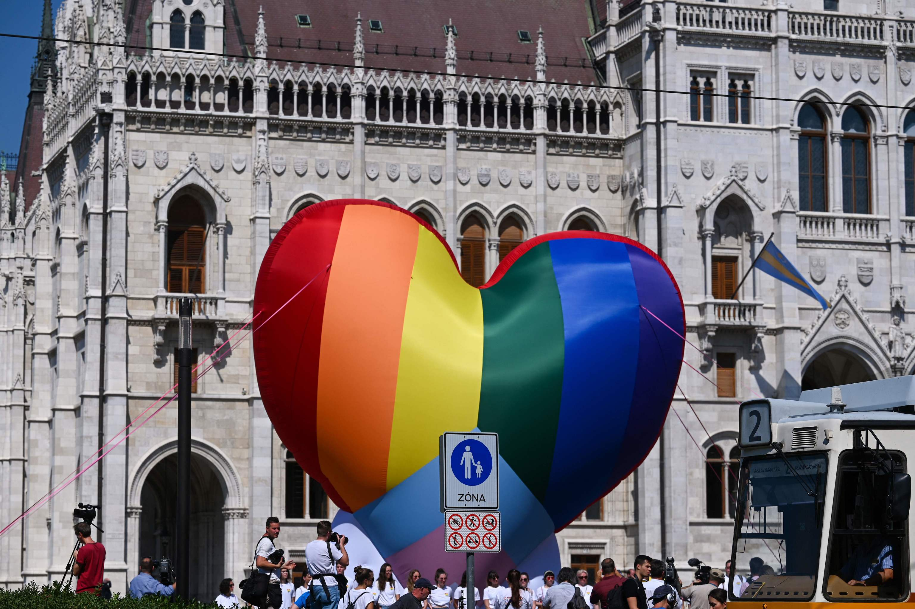 Activistas colocan un globo enorme con los colores del colectivo LGTB en Budapest.