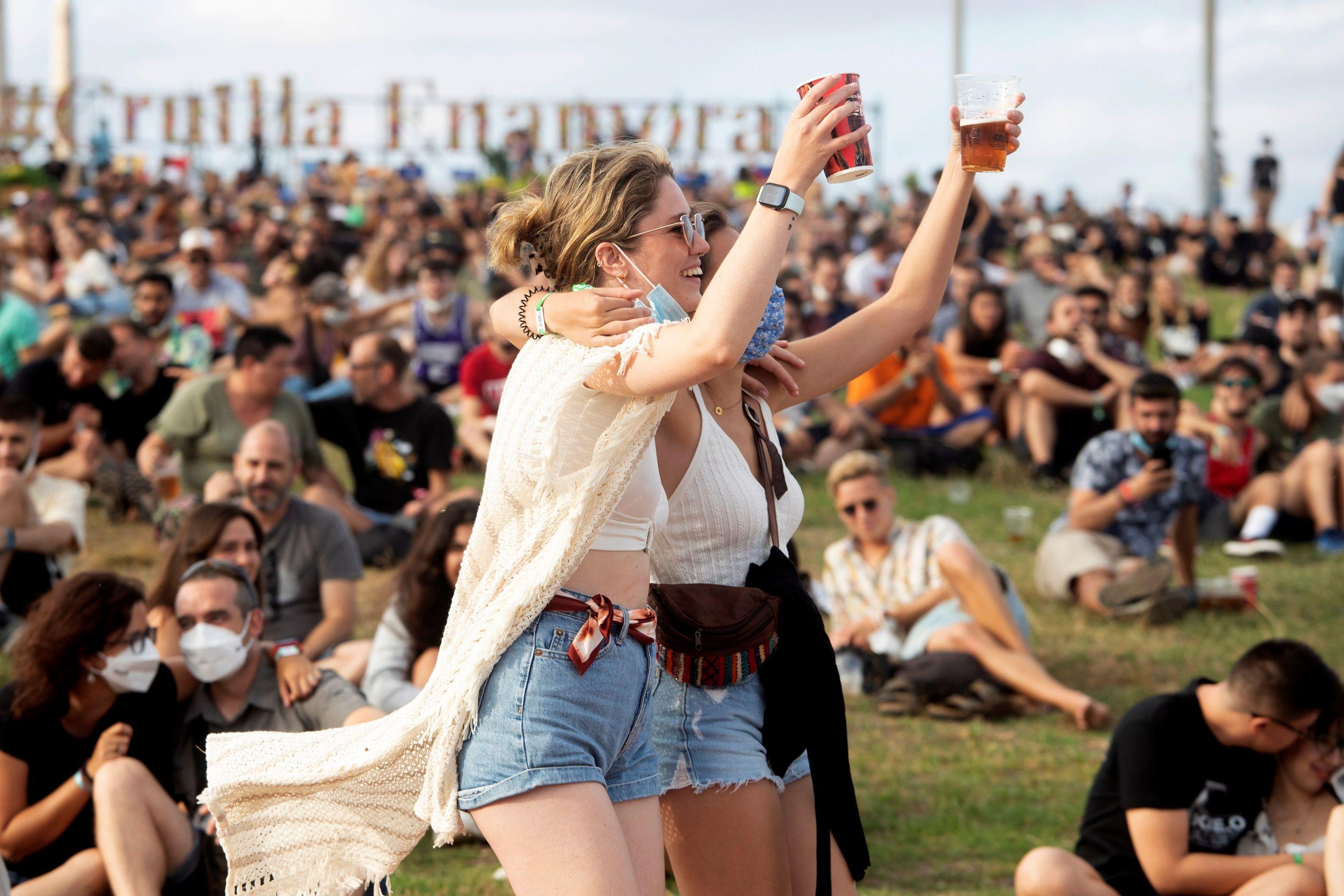 Dos jóvenes disfrutan del festival Cruïlla, donde los 25.000 asistentes se sometieron a un test de antígenos para poder asistir a los conciertos.