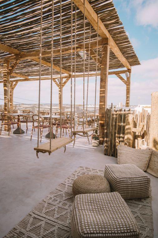Columpios de cuerda y madera en la terraza del restaurante Ritmo Formentera.