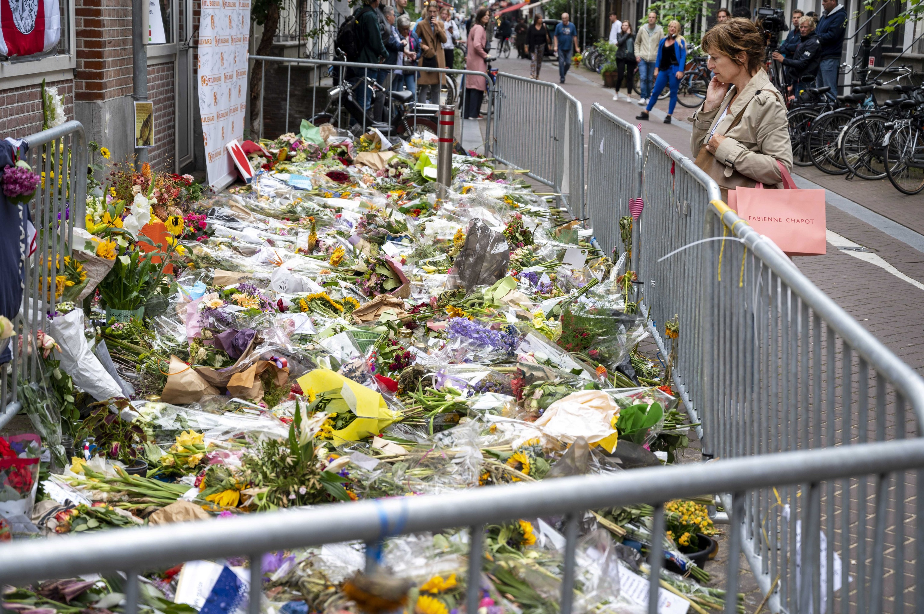 Flores en el lugar del tiroteo contra Peter R. de Vries.