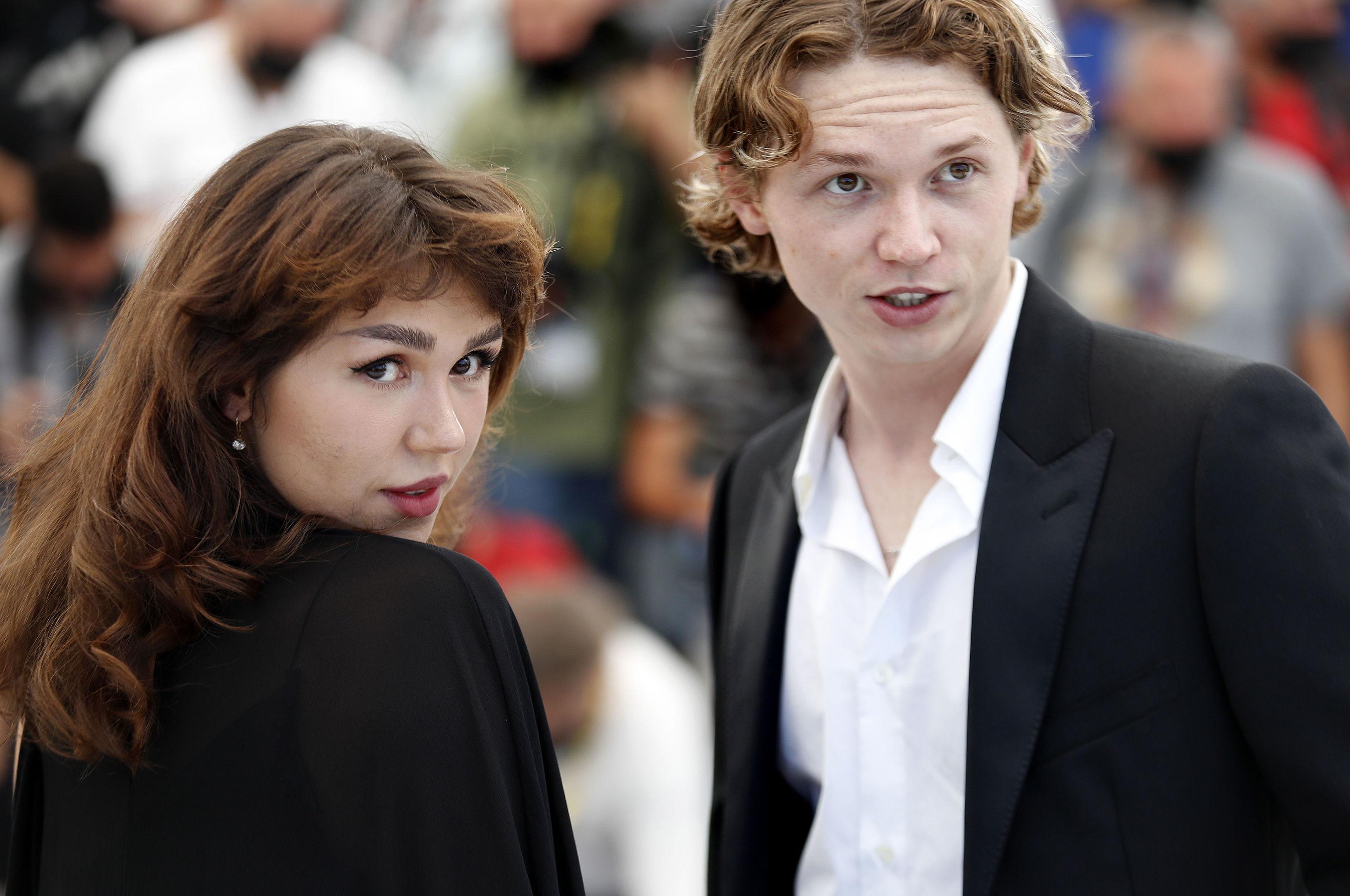 Jack  Kilmer y Mercedes Kilmer, los hijos del actor, en la presentación de 'Val' en Cannes.