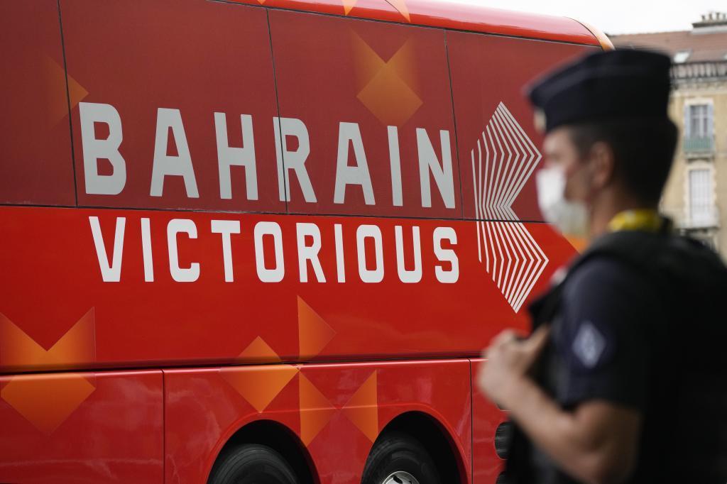 Policía delante del autobús del equipo.