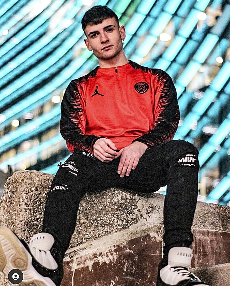 Isaac en otra foto con ropa deportiva.