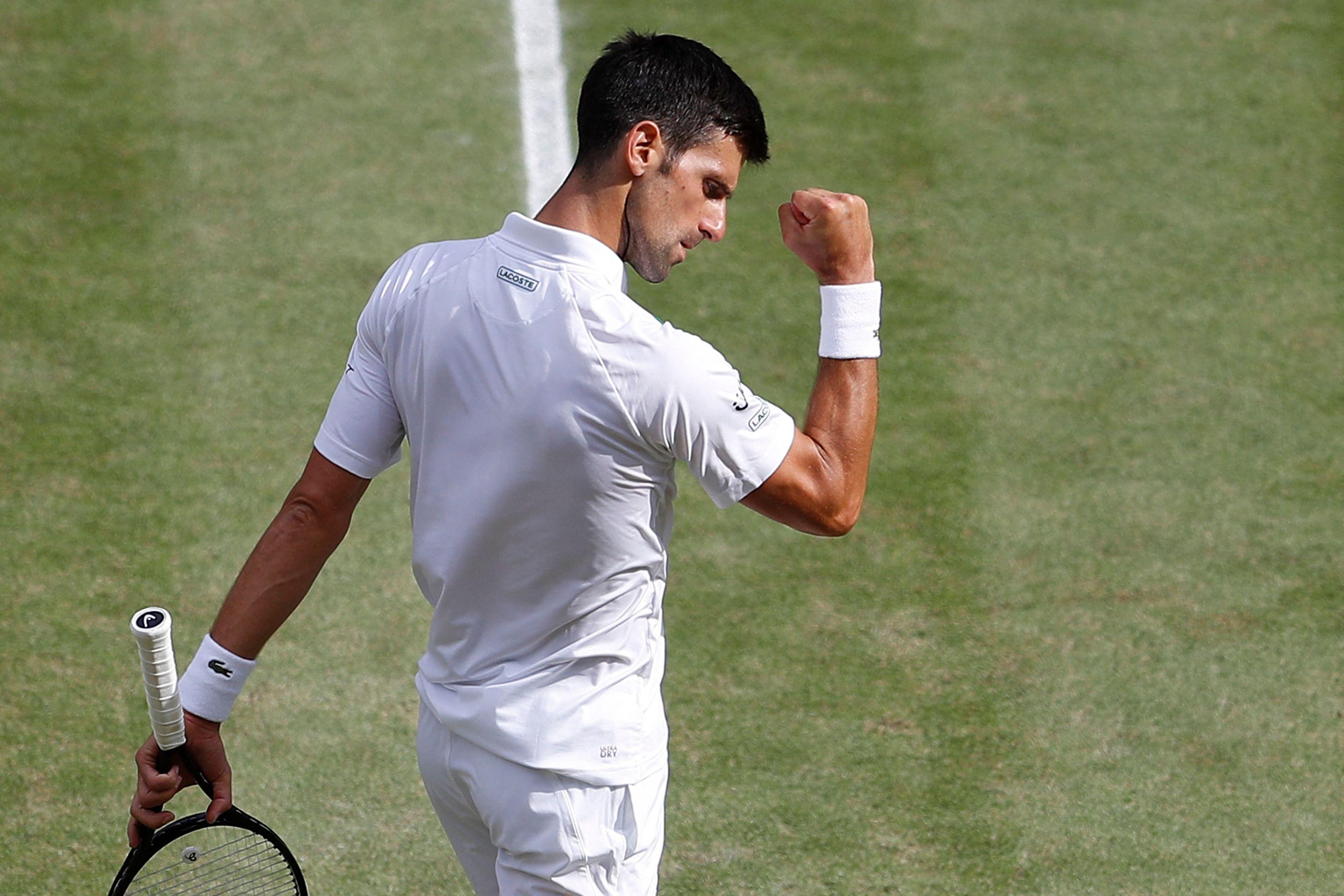 Djokovic celebra un punto ante Berrettini en la final de Wimbledon.