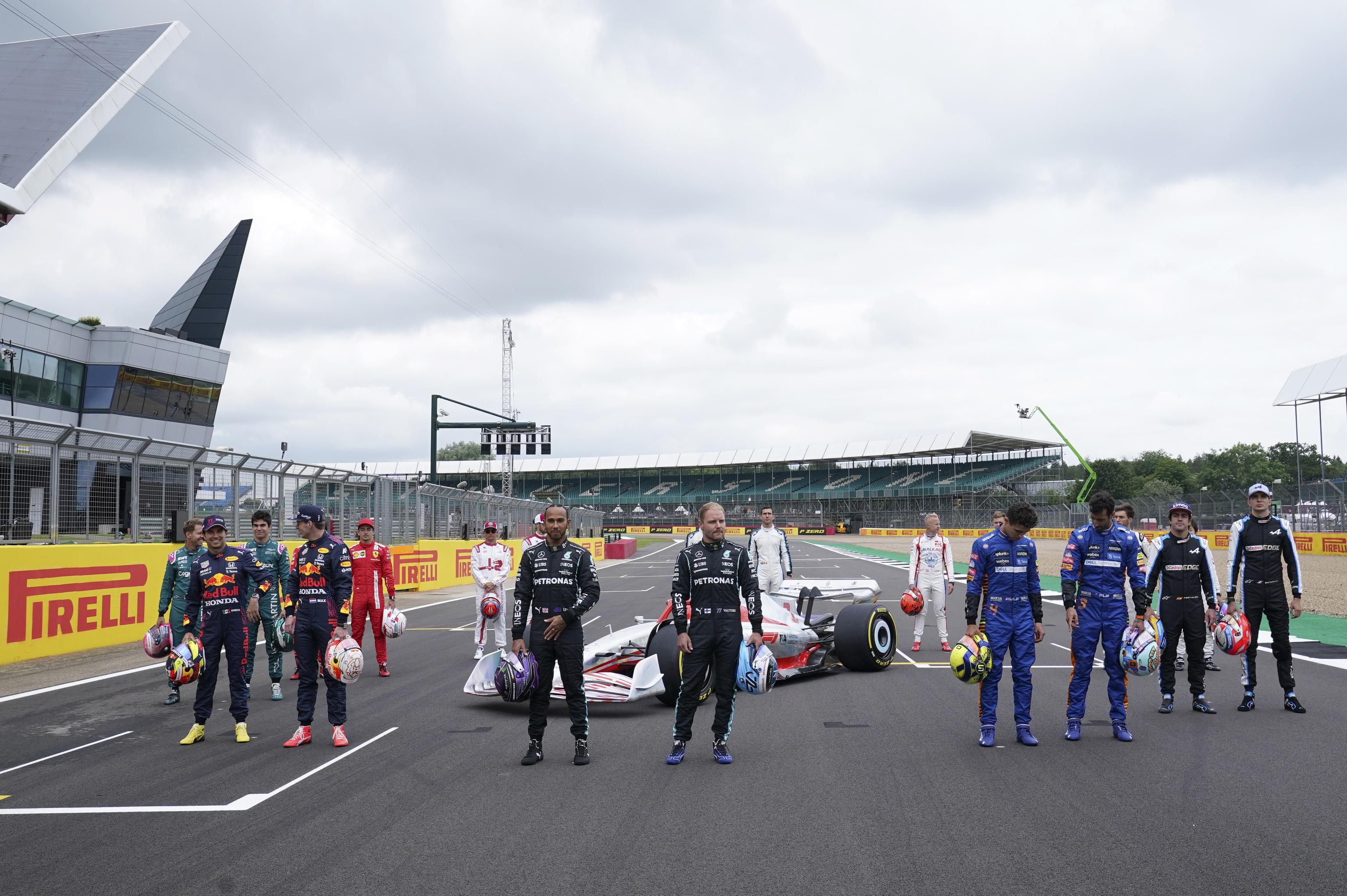 Los pilotos, en Silverstone, junto al coche con el que se correrá en 2022.