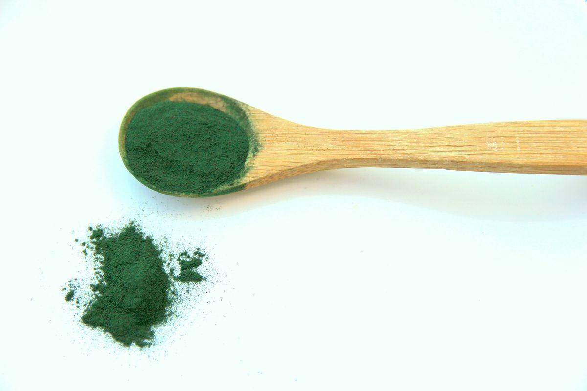 La espirulina es un alga con alto valor nutritivo, ya que es fuente de proteínas, vitaminas y minerales.