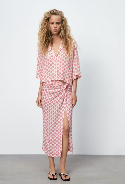 Falda midi estampada en blanco y rosa
