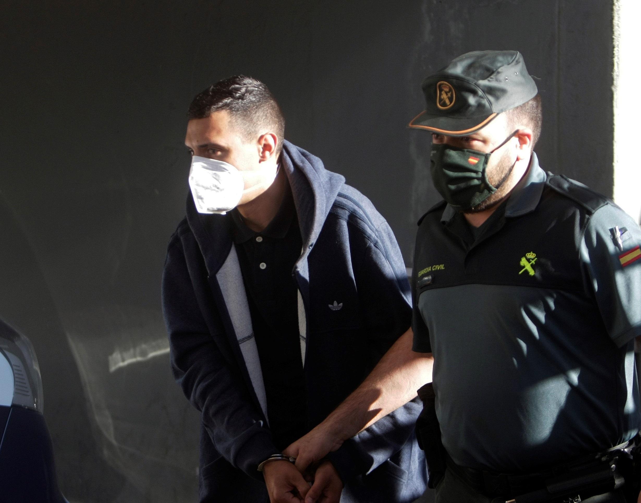 Un guardia civil escolta este viernes hacia el juzgado a uno de los detenidos por el crimen de Samuel Luiz.