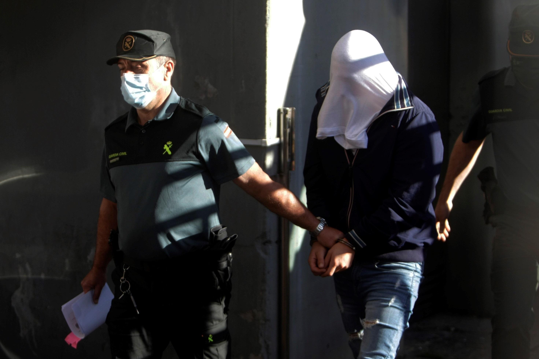 Otro de los jóvenes arrestados, este viernes camino del juzgado.