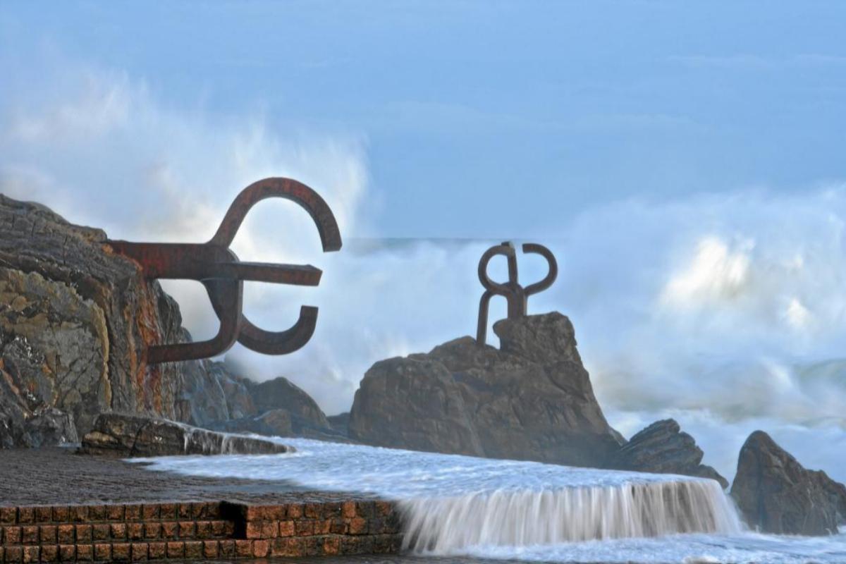 Imagen del Peine del Viento, la escultura de Eduardo Chillida