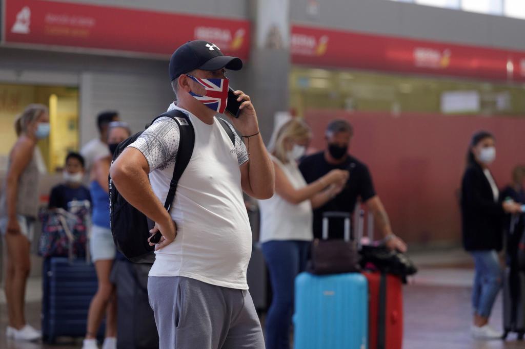 Un turista espera en la terminal de un aeropuerto