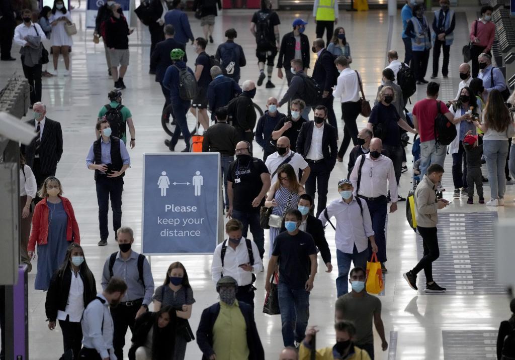A partir del 19 de julio, el Gobierno británico eliminará las mascarillas en entornos interiores, como en la estación de tren de Waterloo (Londres).
