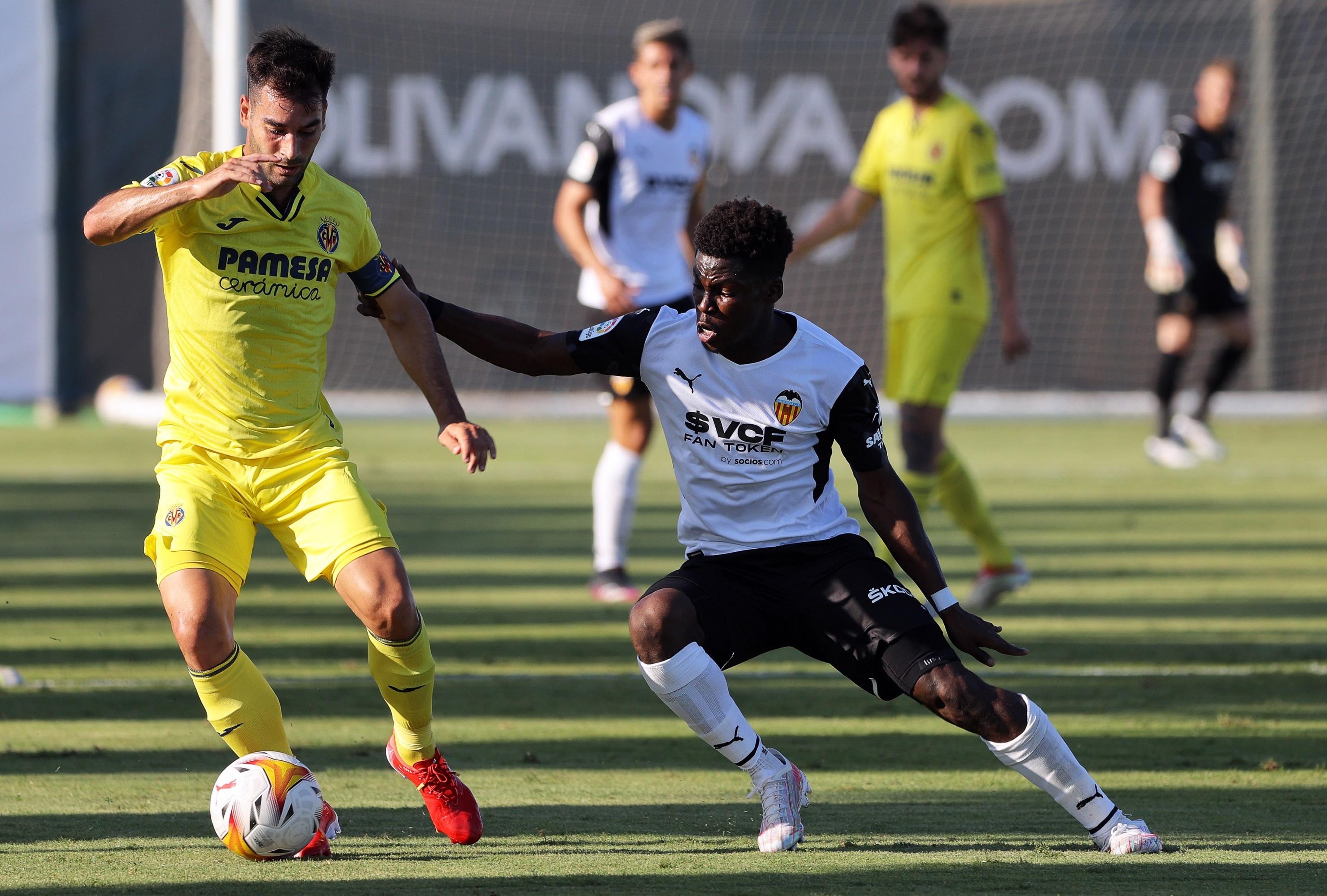 Yunus Musah persigue a Manu Trigueros en un instante del partido amistoso.