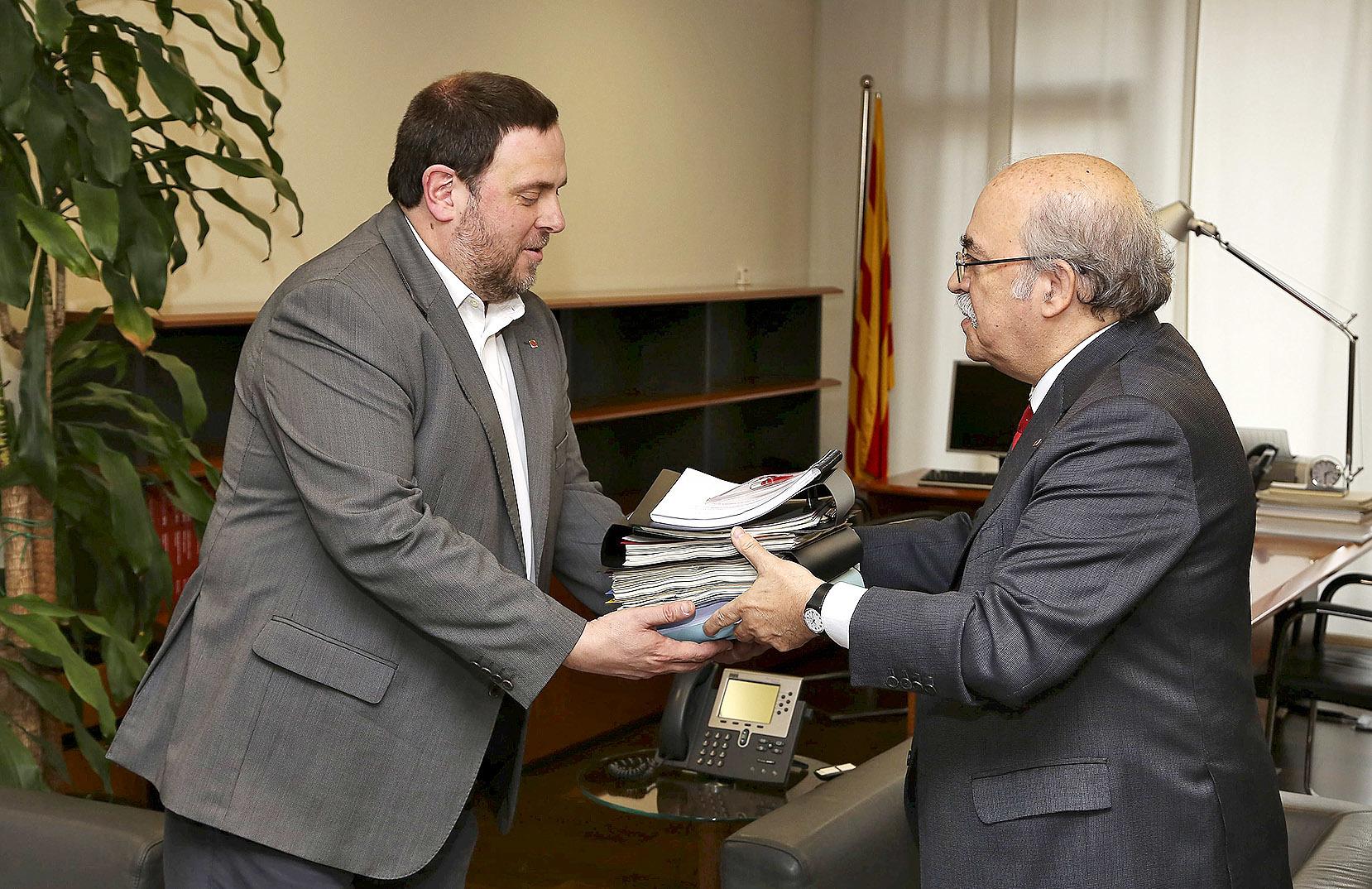 Oriol Junqueras y Andreu Mas-Colell durante su traspaso de poderes en la Consejería de Hacienda en 2016