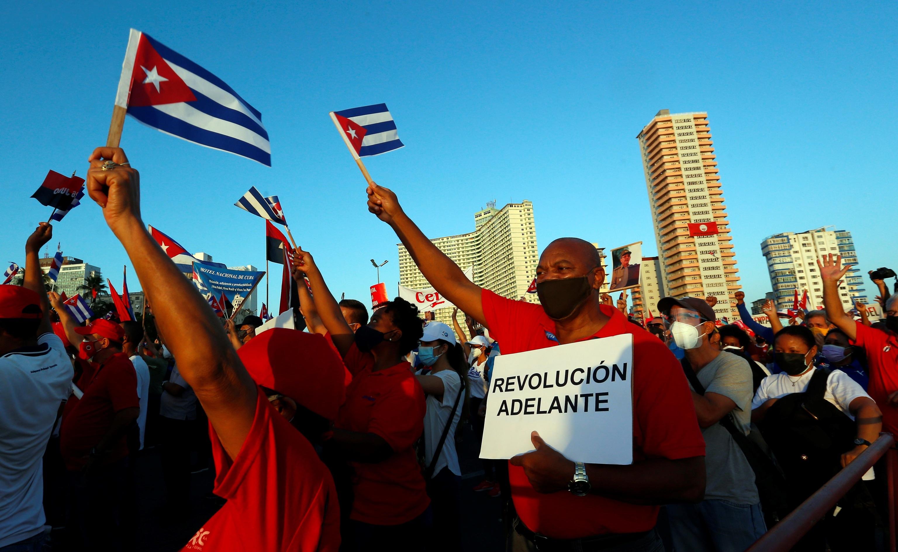 Miles de personas asisten a un acto de apoyo a la revolución hoy en La Habana.