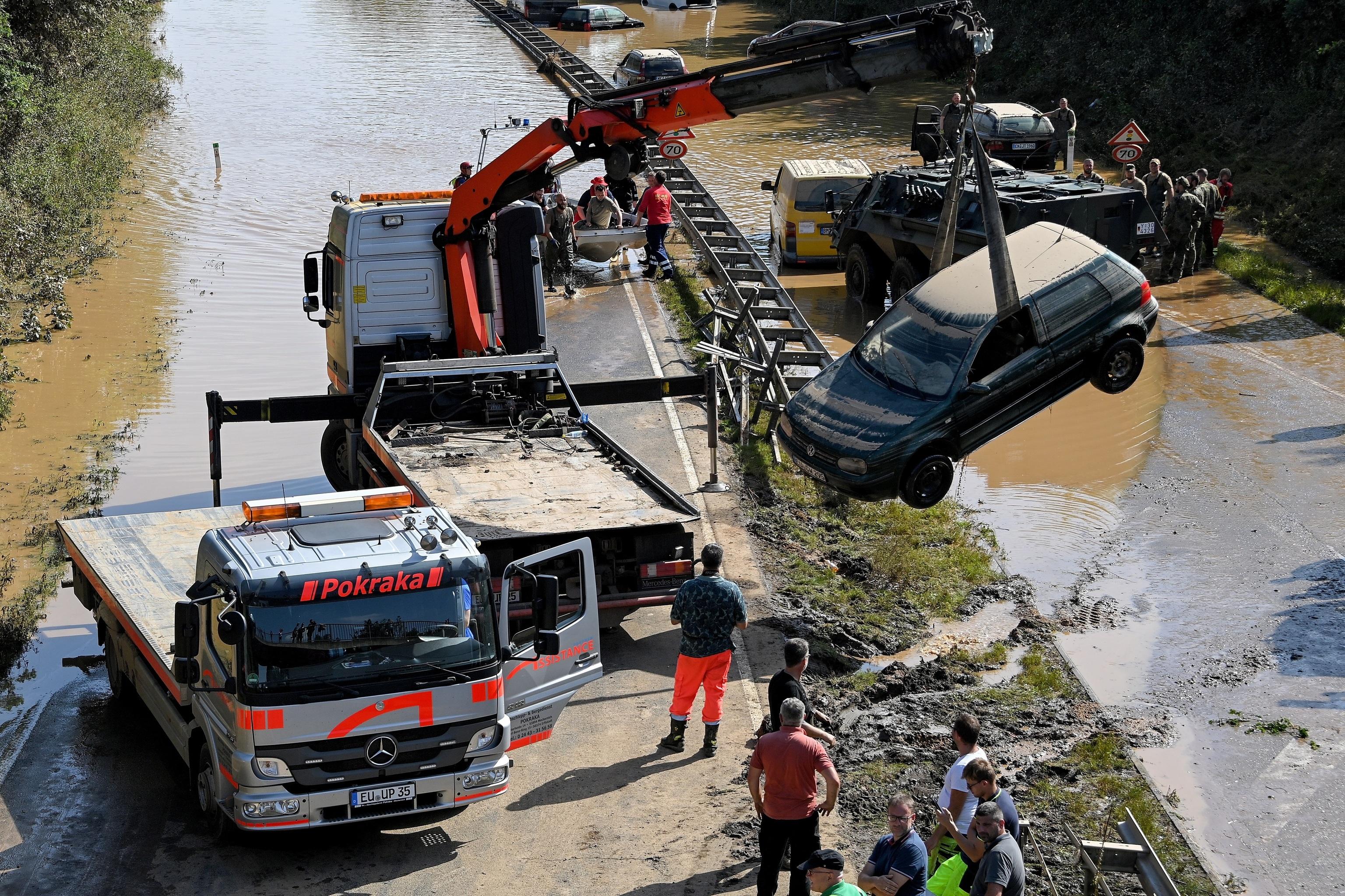 Los servicios de rescate despejan una autopista en Erftstadt.