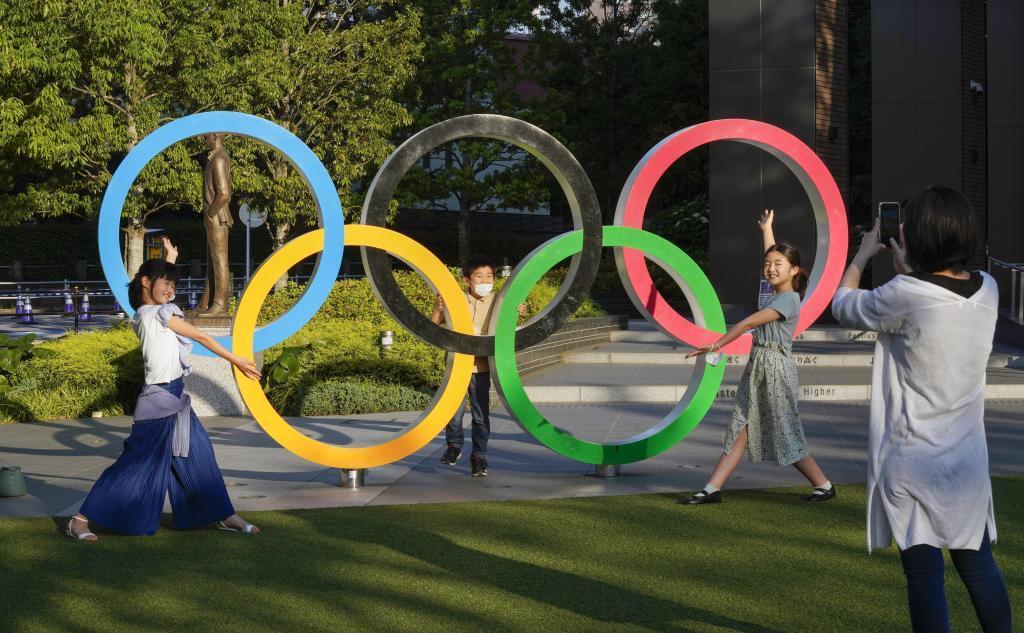 Turistas se hacen fotos en los anillos conmemorativos de los JJOO en Tokio.