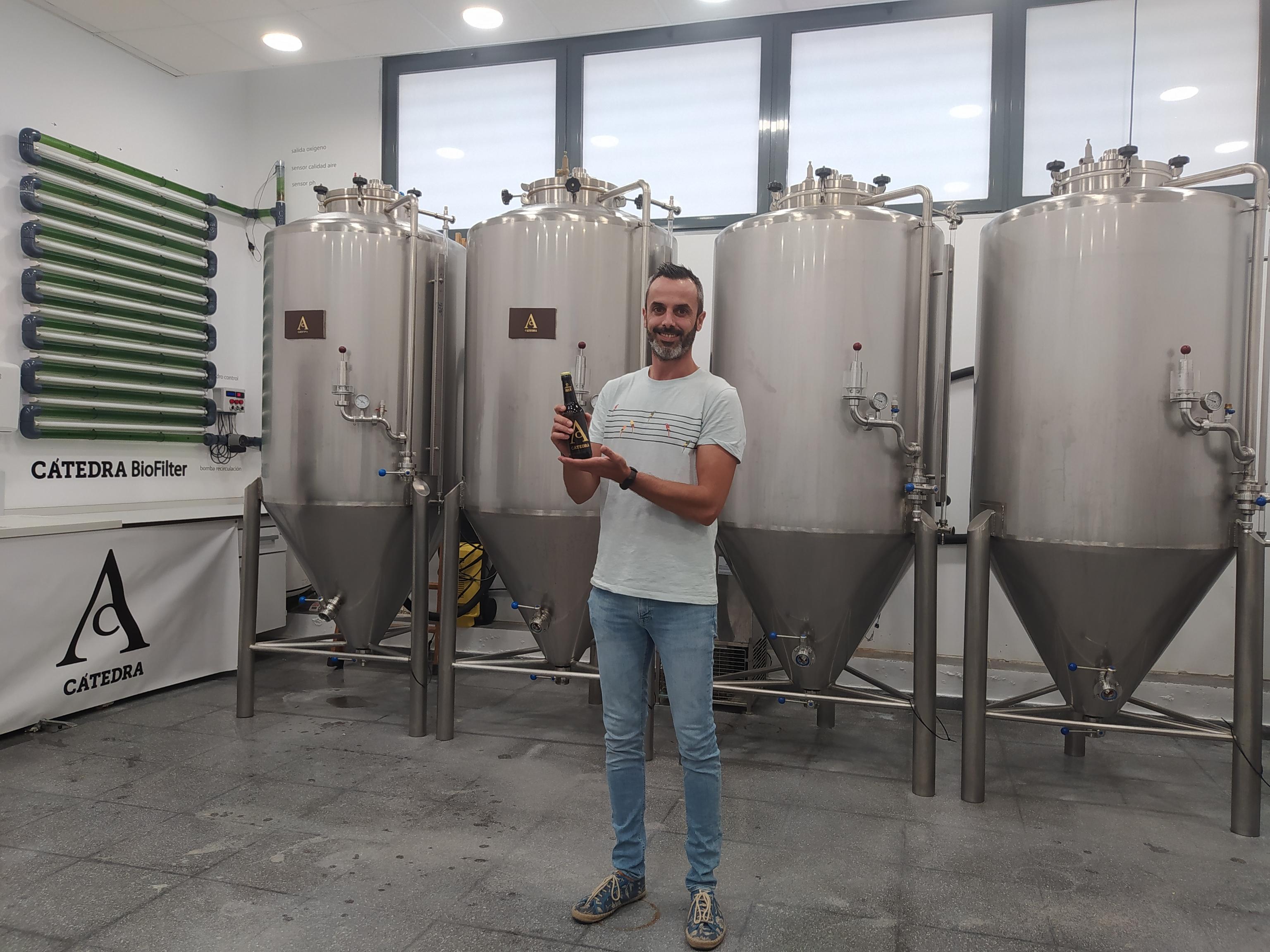 Eduardo Cano la fábrica de Cátedra, con los fermentadores y el biofiltro.