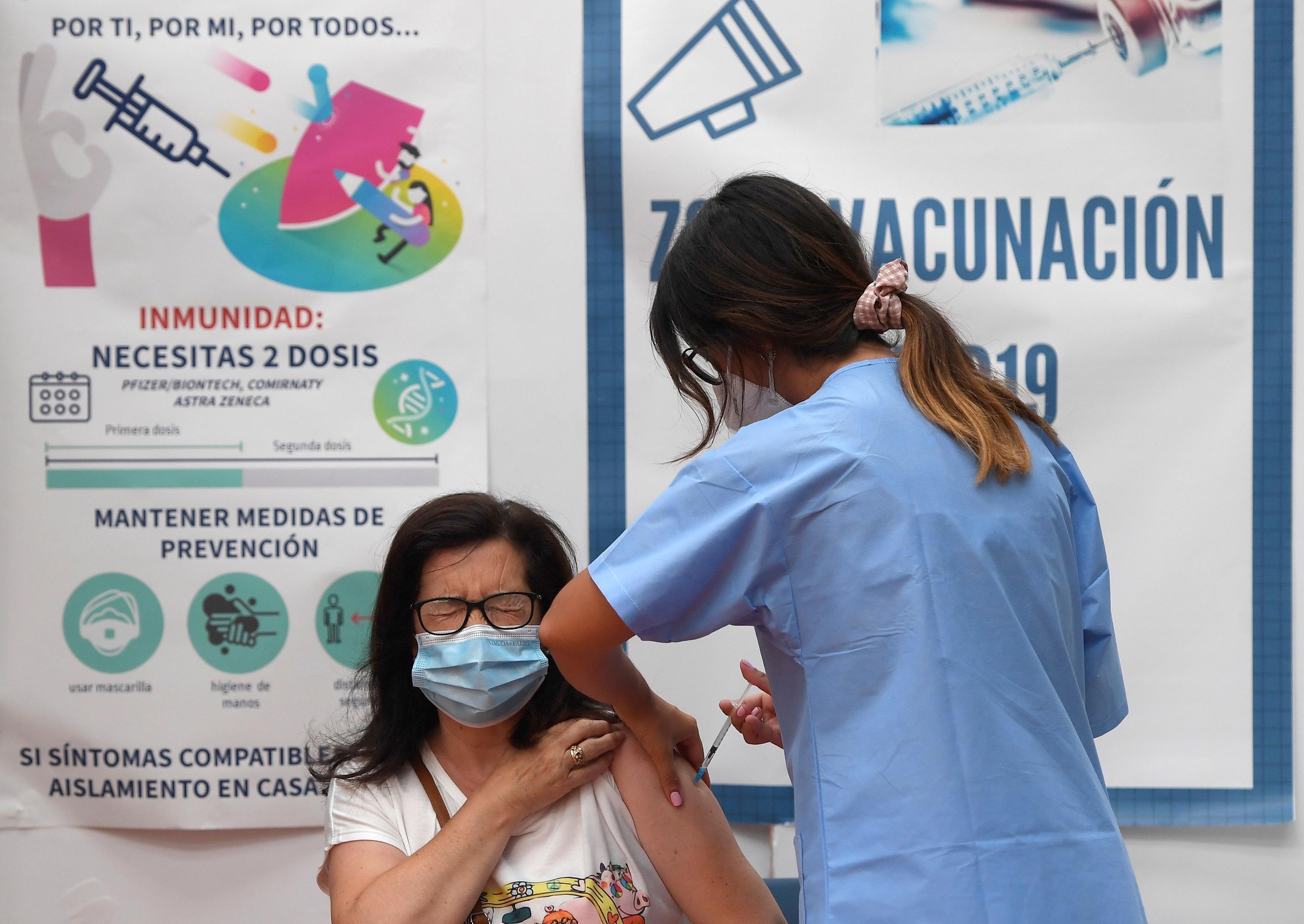 Una mujer recibe una dosis de la vacuna contra la Covid.