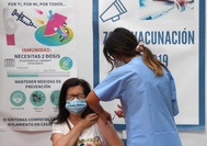 Una mujer recibe una dosis de la vacuna, en Avilés.