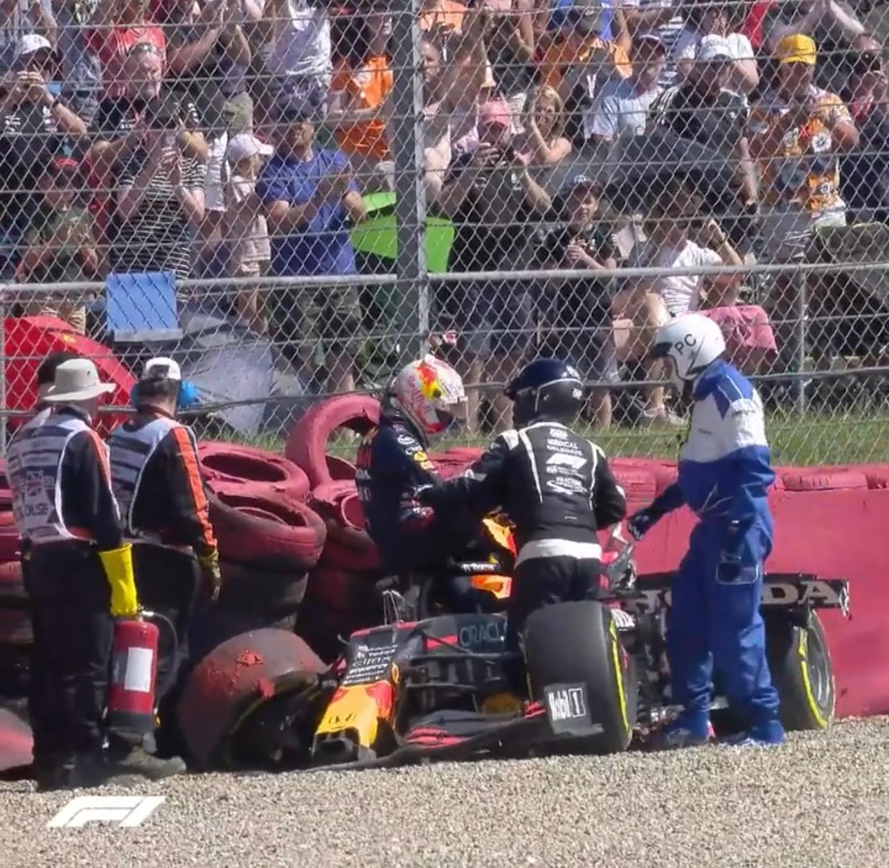 Verstappen sale del coche tras su brutal impacto en Copse.