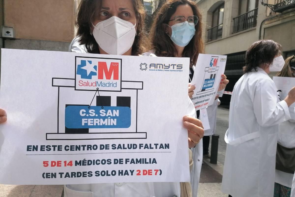 Delegados del sindicato médico AMYTS denuncian ante la Consejería de Sanidad de Madrid el estado de las plantillas en los centros de salud.