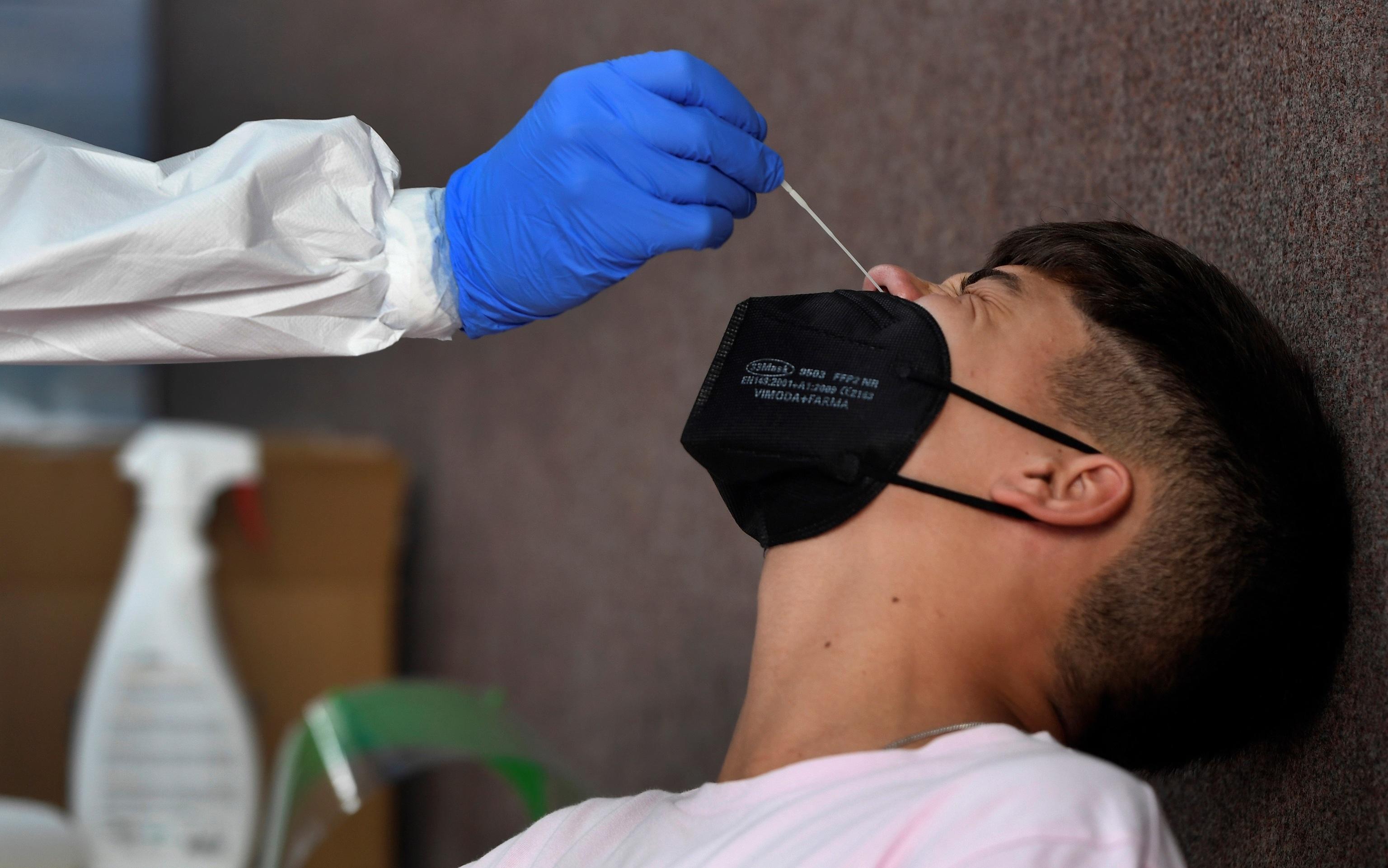 Un joven se somete a una prueba PCR en Avilés.