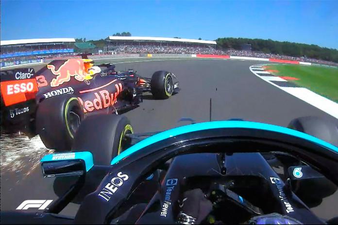 El momento del toque entre Verstappen y Hamilton en Copse.